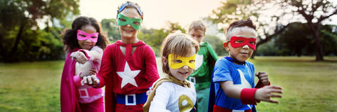 O super-herói caçoa o conceito brincalhão do divertimento da imaginação da aspiração foto de stock royalty free