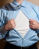 O super-herói do homem de negócio abre a camisa. fotos de stock