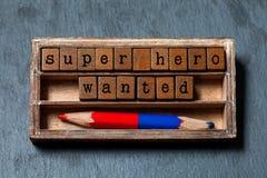 O super-herói quis a frase Recrutamento e citações de pesquisa pessoais do conceito Caixa do vintage, cubos de madeira com estilo imagens de stock royalty free
