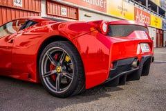 O supercarro de Ferrari 458 estacionou no circuito de Barcelona Imagem de Stock