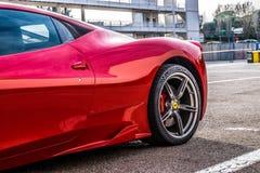 O supercarro de Ferrari 458 estacionou no circuito de Barcelona Foto de Stock Royalty Free