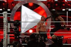 O superman de Roman Reigns perfura o campeão Brock Lesner de WWE no f Imagem de Stock