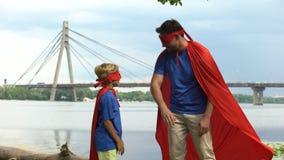 O superman inspira o filho-super-herói ganhar, o apoio paterno, conselho para o homem real video estoque