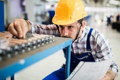 O supervisor que fazem o controle da qualidade e o pruduction verificam dentro a fábrica foto de stock royalty free