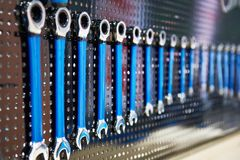 O suporte com grupo utiliza ferramentas a oficina da chave de soquete Imagem de Stock