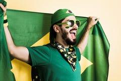 O suporte da equipa nacional de futebol está guardando o fla de Brasil fotografia de stock