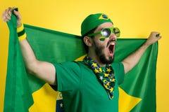 O suporte da equipa nacional de futebol está guardando o fla de Brasil fotos de stock