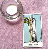 O suporte da rendição da reflexão do cartão de tarô do eremita fora da imagem ilustração do vetor
