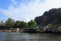 O suporte da vila do pescador em um mar chamou em casa a estada Fotos de Stock Royalty Free