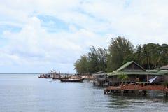 O suporte da vila do pescador em um mar chamou em casa a estada Imagens de Stock Royalty Free