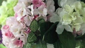 O suporte do casamento com as flores amarelas, brancas, cor-de-rosa e da alfazema fecha-se acima video estoque