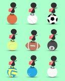 O suporte dos desenhos animados do caráter do homem negro na bola dos esportes e as mãos levantam em cima com a bandeira ondulada Fotografia de Stock Royalty Free