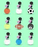 O suporte dos desenhos animados do caráter do homem negro na bola dos esportes e as mãos levantam em cima com a bandeira ondulada Foto de Stock Royalty Free