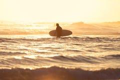 Surfista nas cabeças de Burleigh Fotografia de Stock Royalty Free