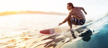 O surfista monta a onda rápida vítreo imagens de stock