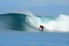 O surfista que desliga a parte inferior na onda grande, Mentawai é fotos de stock royalty free