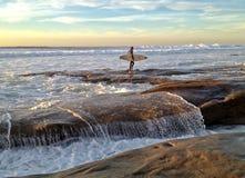 O surfista solitário olha para fora no Oceano Pacífico Imagem de Stock