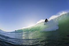 O surfista surfando decola Fotografia de Stock Royalty Free