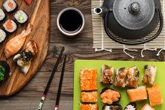 O sushi apetitoso ajustou-se no serviço clássico, vista superior Fotografia de Stock Royalty Free