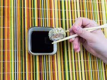 O sushi apetitoso cozeu o tempura que pana sobre o molho de soja em um bambu Fotos de Stock