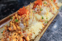 O sushi friável com molho picante e o camarão egg foto de stock
