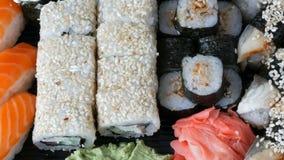 O sushi grande ajustou-se com variedade de rolos de sushi, maki, nigiri, fim gunkan acima filme