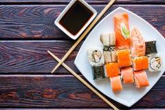 O sushi rola em uma placa branca Imagens de Stock