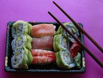 O sushi rola na bandeja