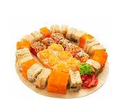 O sushi rola na escala na mesa isolada no branco imagens de stock