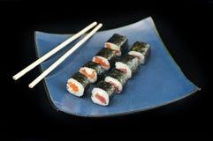 O sushi rola o aperitivo na placa azul com chopsticks Fotos de Stock Royalty Free