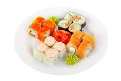 O sushi, rolos em um branco isolou o fundo Foto de Stock Royalty Free