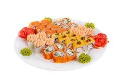 O sushi, rolos em um branco isolou o fundo Fotografia de Stock Royalty Free