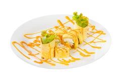 O sushi, rolos em um branco isolou o fundo Fotos de Stock Royalty Free