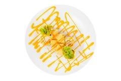 O sushi, rolos em um branco isolou o fundo Imagens de Stock