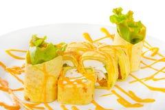 O sushi, rolos em um branco isolou o fundo Imagem de Stock