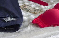 O sutiã um preservativo arfa a segurança do dinheiro e do laço imagens de stock royalty free