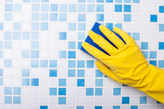 O swabber especializado está limpando a parede com uma esponja Fotografia de Stock