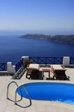 O Swimmingpool ajustou-se em um monte que negligencia o mar. fotografia de stock royalty free
