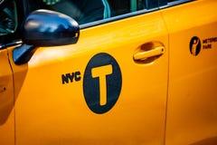 O táxi amarelo assina dentro New York, NY, EUA foto de stock
