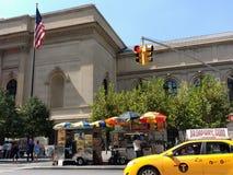 O táxi conduz a 5a avenida após vendedores de alimento no museu de arte metropolitano, encontrado, Manhattan, NYC, NY, EUA Fotos de Stock Royalty Free