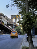 O táxi de táxi amarelo aproxima a ponte de Brooklyn foto de stock royalty free