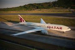 O táxi do avião de Qatar Airways para decola no aeroporto de phuket Foto de Stock