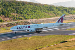 O táxi do avião de Qatar Airways para decola no aeroporto de phuket Imagem de Stock
