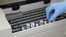 O técnico de laboratório ajusta o yube com sangue vídeos de arquivo