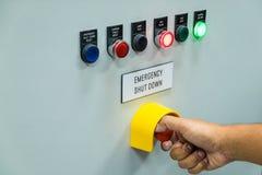 O técnico está desligando o botão da parada programada de emergência Foto de Stock Royalty Free