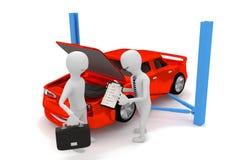 O técnico explica o reparo do carro ao cliente Imagens de Stock Royalty Free