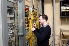O técnico faz conexões Imagens de Stock Royalty Free