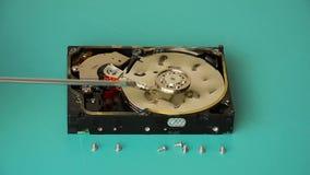 O técnico mostra dentes profundos no disco rígido video estoque