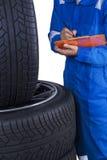 O técnico verifica a condição dos pneus Imagens de Stock