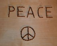 O título e o ícone da paz na tabela de madeira com 3D protegem o efeito Foto de Stock